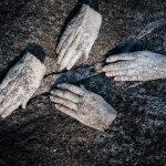 Hoitavat kädet, rakukeramiikka, 2011