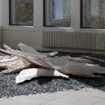Löysin linnun, installaatio 2, posliinipaperisavi, lasimurska, rakukeramiikka, 2012