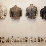 Asylum Seekers - Kipu etsii seuraa - tuska ei pidä yksinäisyydestä 2, mattakuparilasitettu savi, á noin 40 x 50 cm, 2016